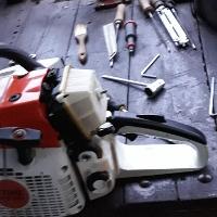 Das Können der Kettensägewartung und Kenntnis des Querschneidens. Gespanntes Holz